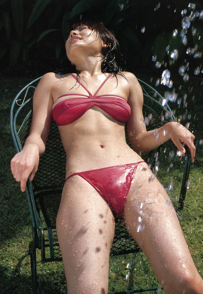 【モリマン芸能人グラビアエロ画像】股間を押し上げてモリマンを見せつけるグラドルの水着姿がエロすぎてマンコにしか目がいかないwww