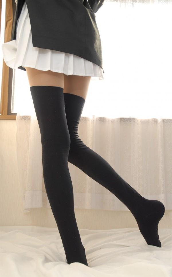 【フェチ画像】美脚+黒ニーハイ履いてるお姉さんがすばらしいww組み合わせ最強な脚をじっくりと味わうエロ画像ww 表紙
