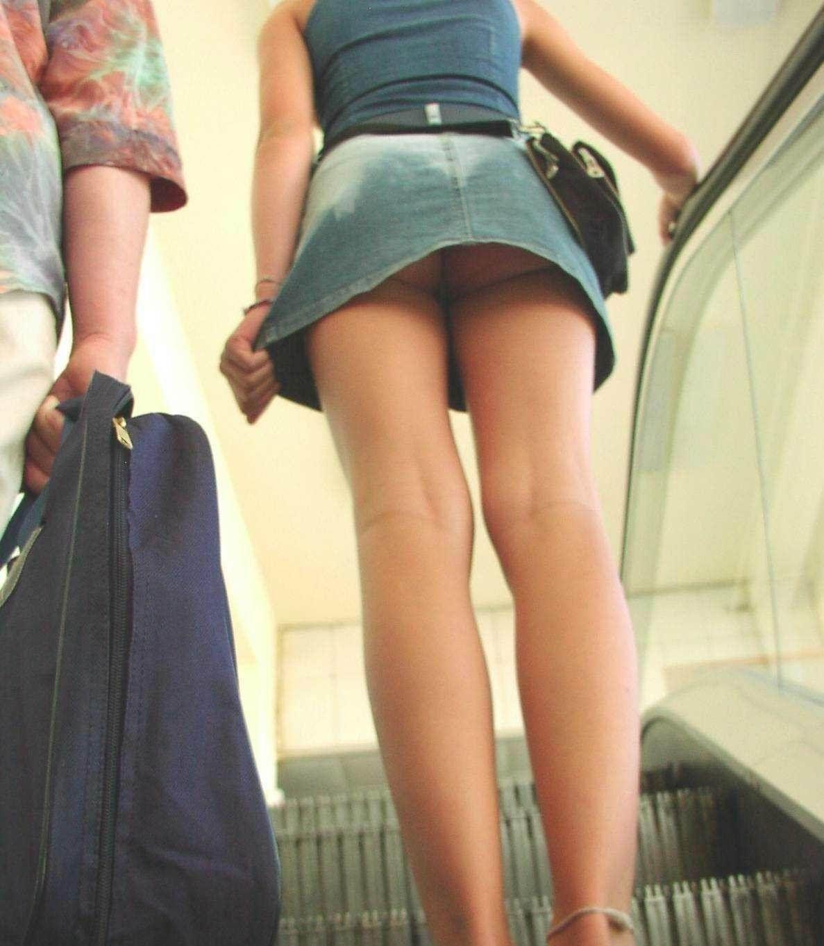 Фото девушек под юбками для мобильных