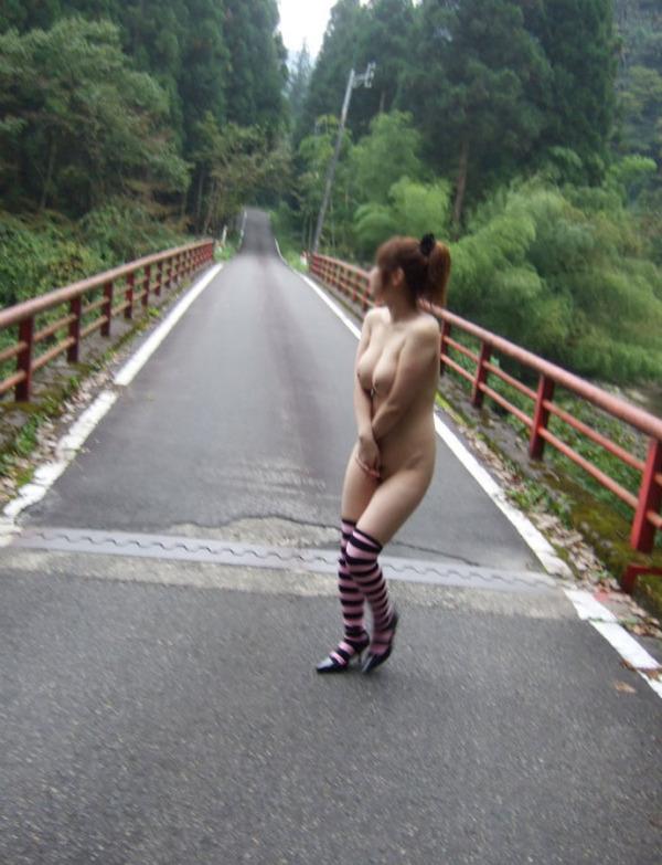 野外露出痴女エロ画像16