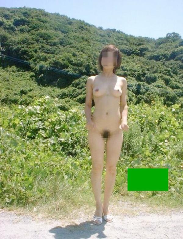 野外露出痴女エロ画像20
