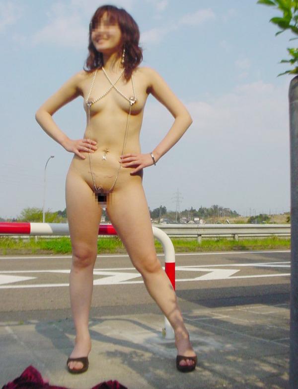 野外露出痴女エロ画像25