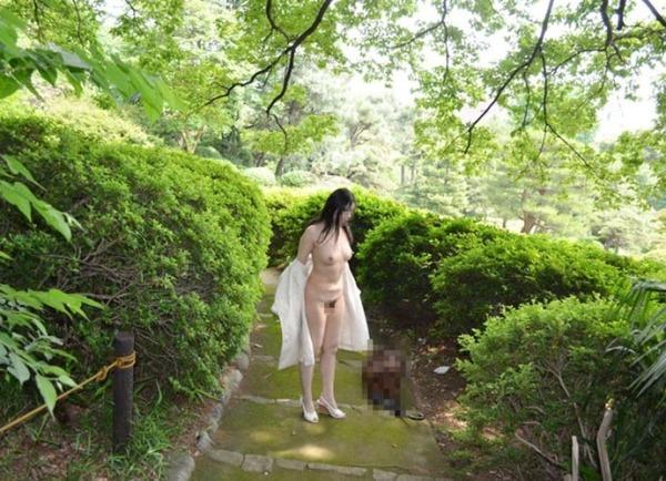 野外露出痴女エロ画像26