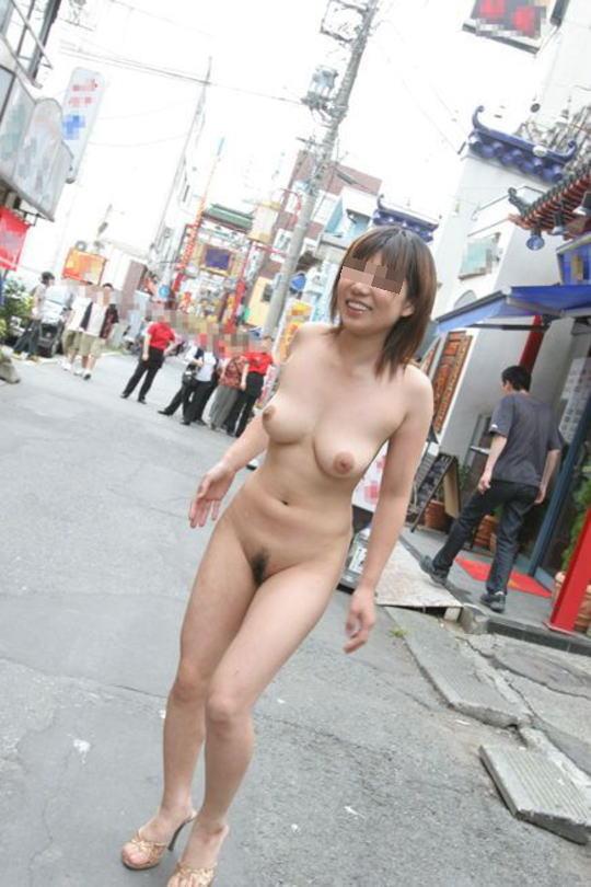 街中露出痴女エロ画像01