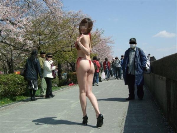 街中露出痴女エロ画像16