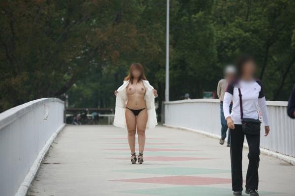街中露出痴女エロ画像07