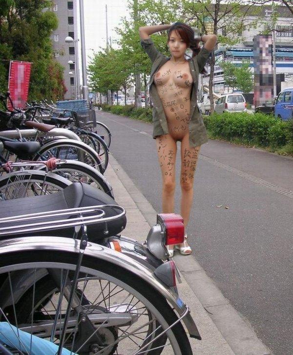 街中露出痴女エロ画像11