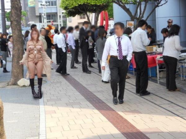 街中露出痴女エロ画像05