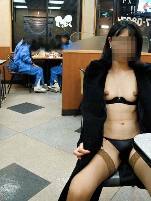 露出狂痴女エロ画像03