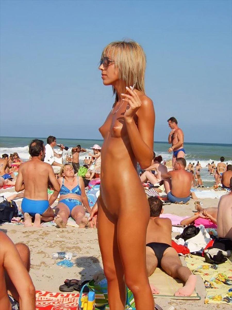 Юные нудисты на пляже 11 фотография