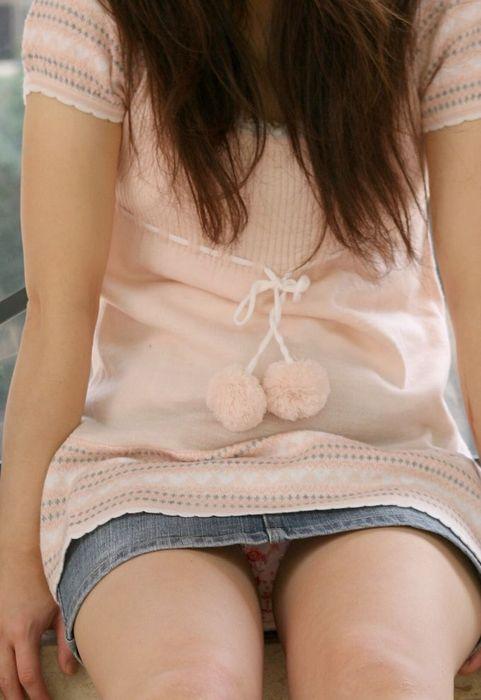 デニムのミニスカートから繰り出される強制パンツ丸見えにサンクスwwww