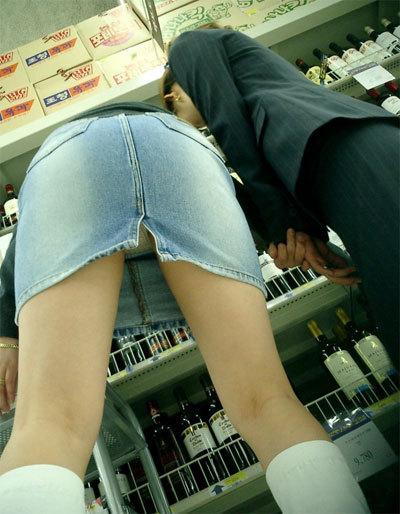 ショップ店内のパンチラ画像09