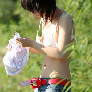 女の子が恥じらいながらも野外で大胆に着替えしてる所を盗撮したwww