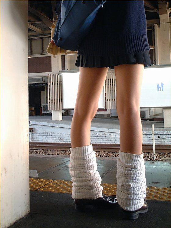 街撮りミニスカJKの美脚13