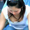 【おっぱいチラリ画像】街中で遭遇したい女の子の胸チラのエロ画像