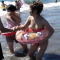 海やプールでハプニングwww水着がズレて乳首・マンスジを晒してる素人ギャル!!!