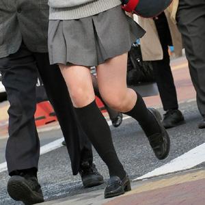 【街撮りエロ画像】制服JKの美脚や太ももをガン見せずにいられないwww