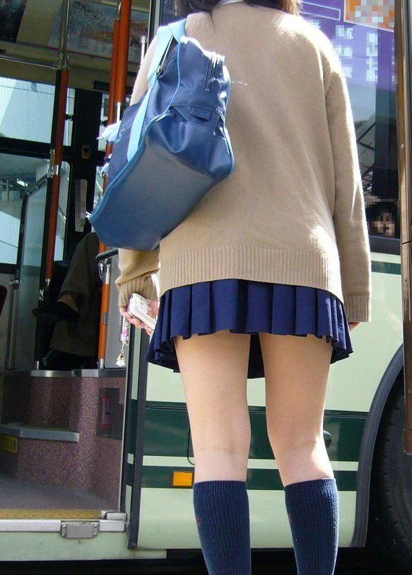 街撮りミニスカJKの美脚07