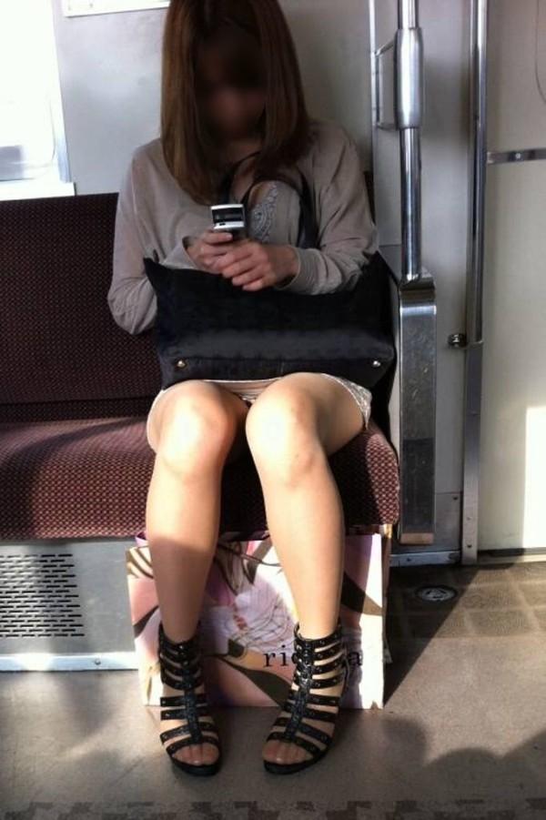 電車内盗撮のエロ画像01