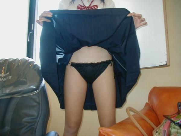 スカート捲り上げパンチラ15