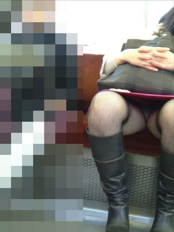 電車内盗撮のエロ画像02