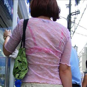 【透けブラエロ画像】街の中でお姉さんの下着が透けまくってるので見ちゃうよwww