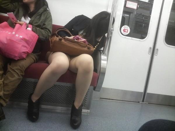 電車内盗撮のエロ画像12