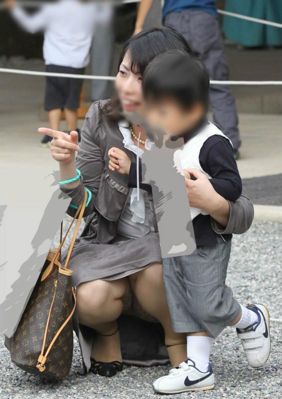 街撮りの人妻パンチラ画像12