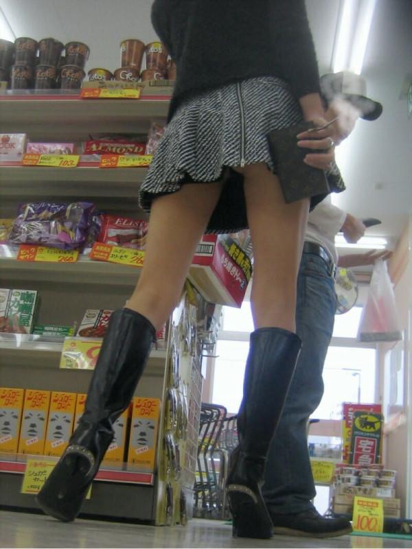 ショップ店内のパンチラ画像13