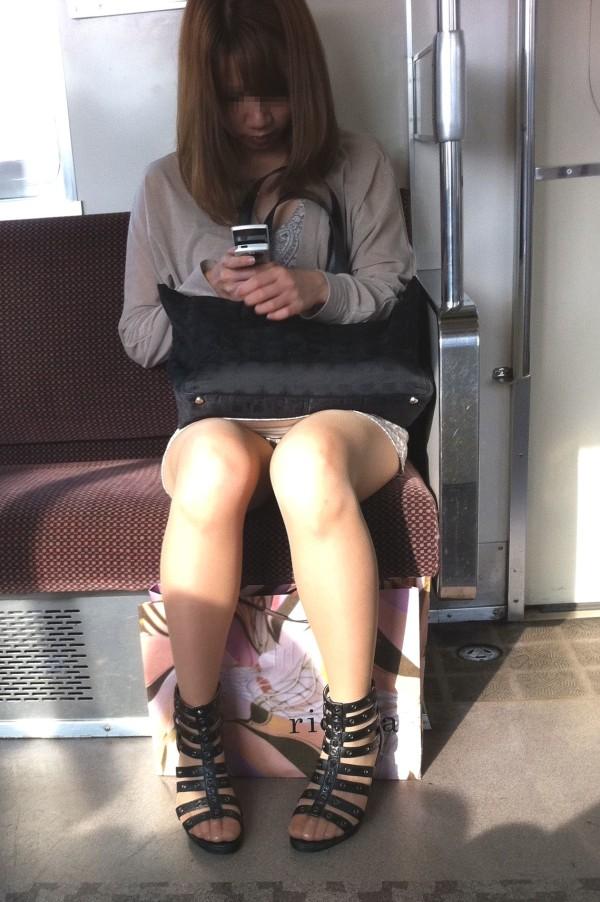 電車内盗撮のエロ画像16