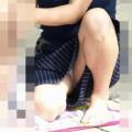 無防備な子連れママさんの清楚なパンツに釘付けになるパンチラ画像