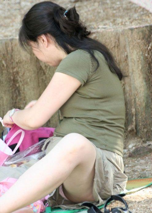 街撮りの人妻パンチラ画像03