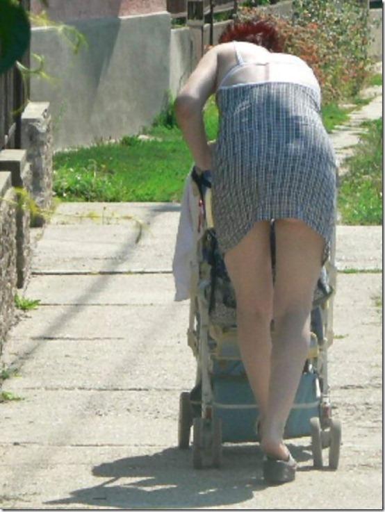 街撮りの人妻パンチラ画像08