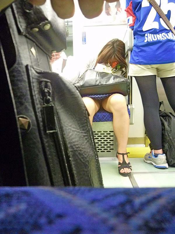 電車内ミニスカパンチラ06