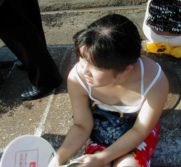 素人娘の胸チラ画像06