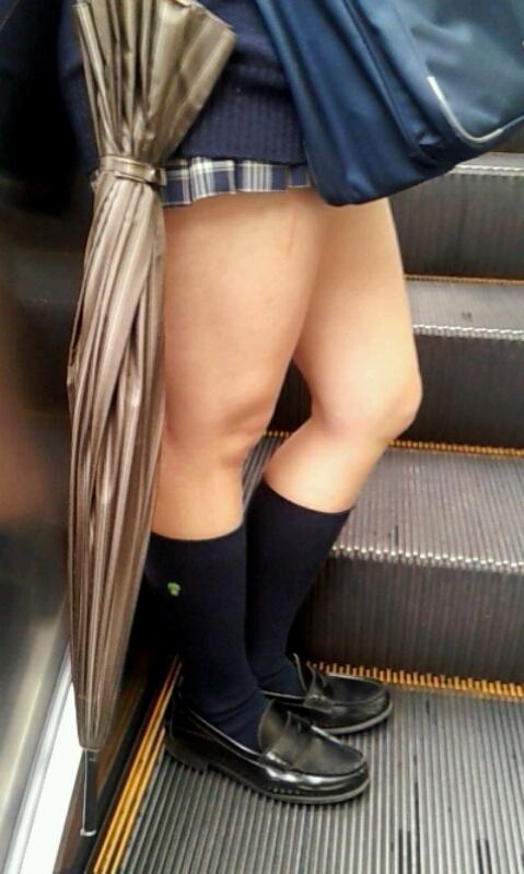 街撮り女子校生の美脚エロ画像19