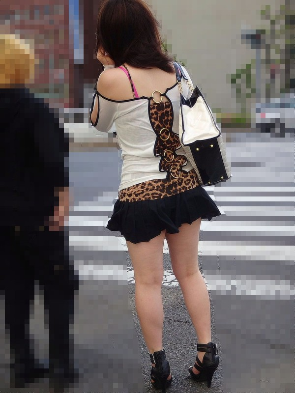 街中でお姉さん美脚エロ画像19