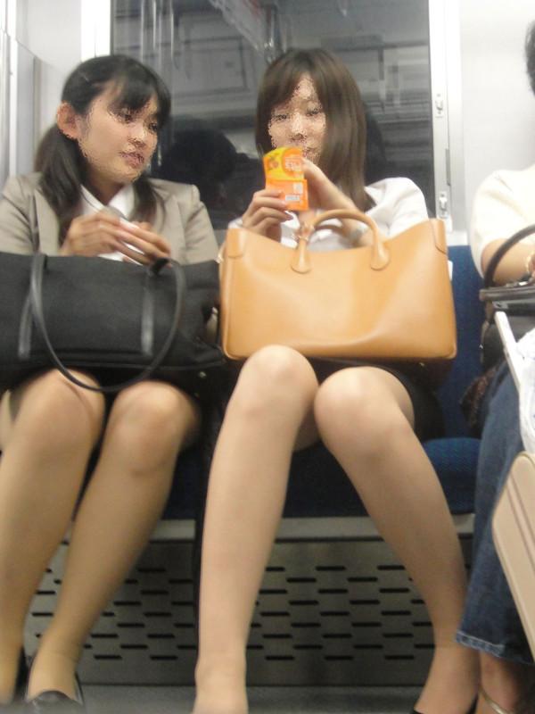 電車内で無防備な下半身w19