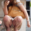 【パンチラ画像】ミニスカートで座ってる素人女子の正面に座りたいwww