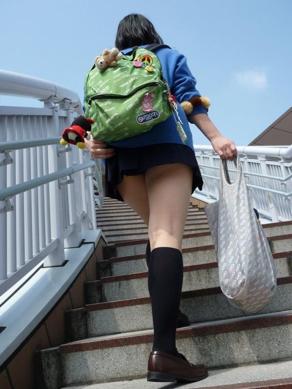 街撮り女子校生の美脚エロ画像18