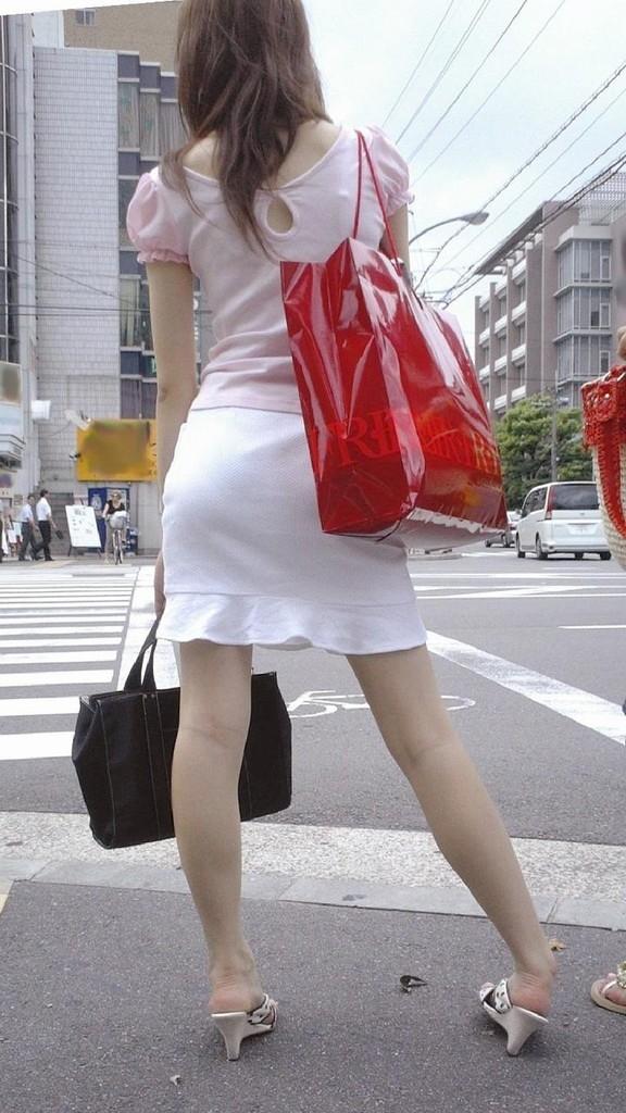 街中でお姉さん美脚エロ画像17