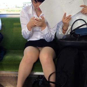 (秘密撮影えろ写真)列車内でバレずに女子の下半身を見事に隠し撮りしてる☆☆☆