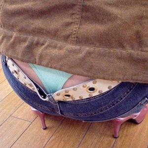【エロ画像】【盗撮エロ画像】素人お姉さんがローライズで半ケツとパンチラ晒してる!!!