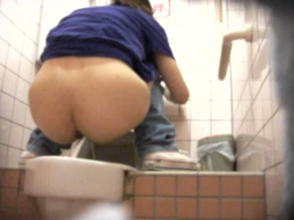 放尿中トイレ隠し撮りエロ画像01