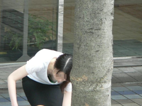 素人お姉さん胸チラエロ画像01