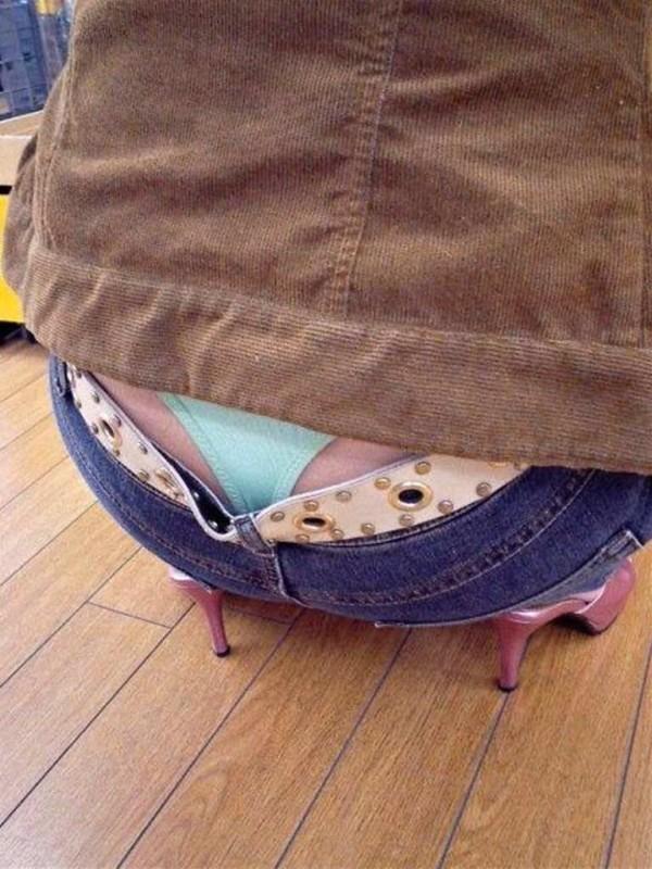 【盗撮エロ画像】素人お姉さんがローライズで半ケツとパンチラ晒してる!!! 表紙