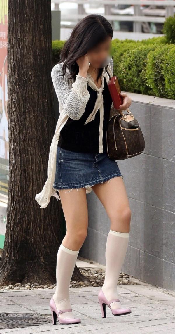 街中でお姉さん美脚エロ画像20