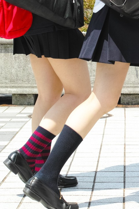 街撮り女子校生の美脚エロ画像15