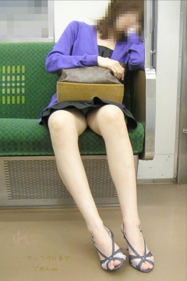 電車内で無防備な下半身w15
