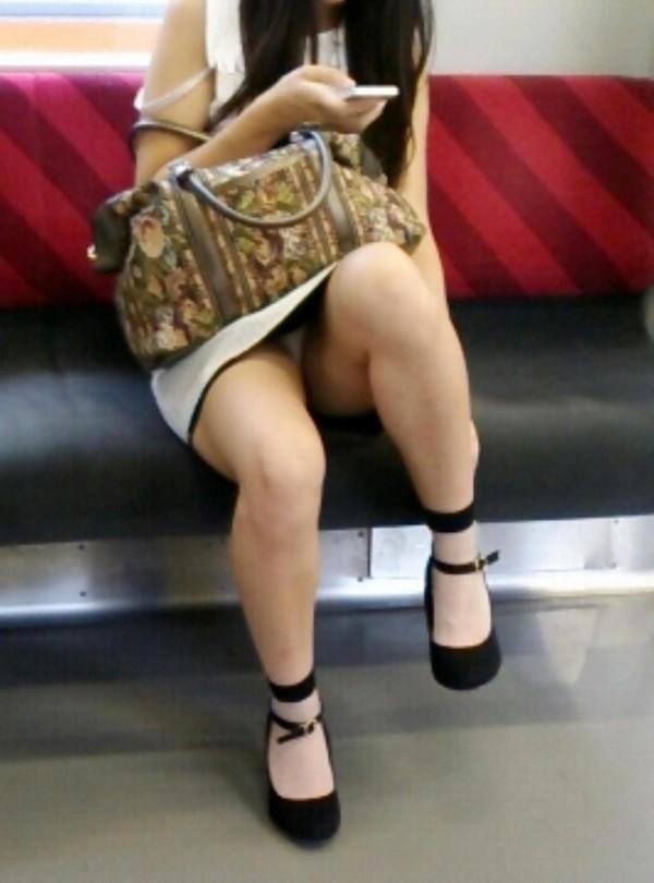 電車内で無防備な下半身w02